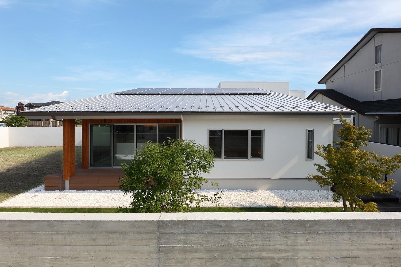 片流れ屋根とウッドデッキのある平屋