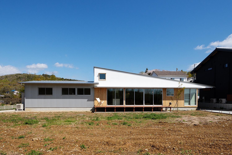 切妻屋根と片流れ屋根を組み合わせた平屋