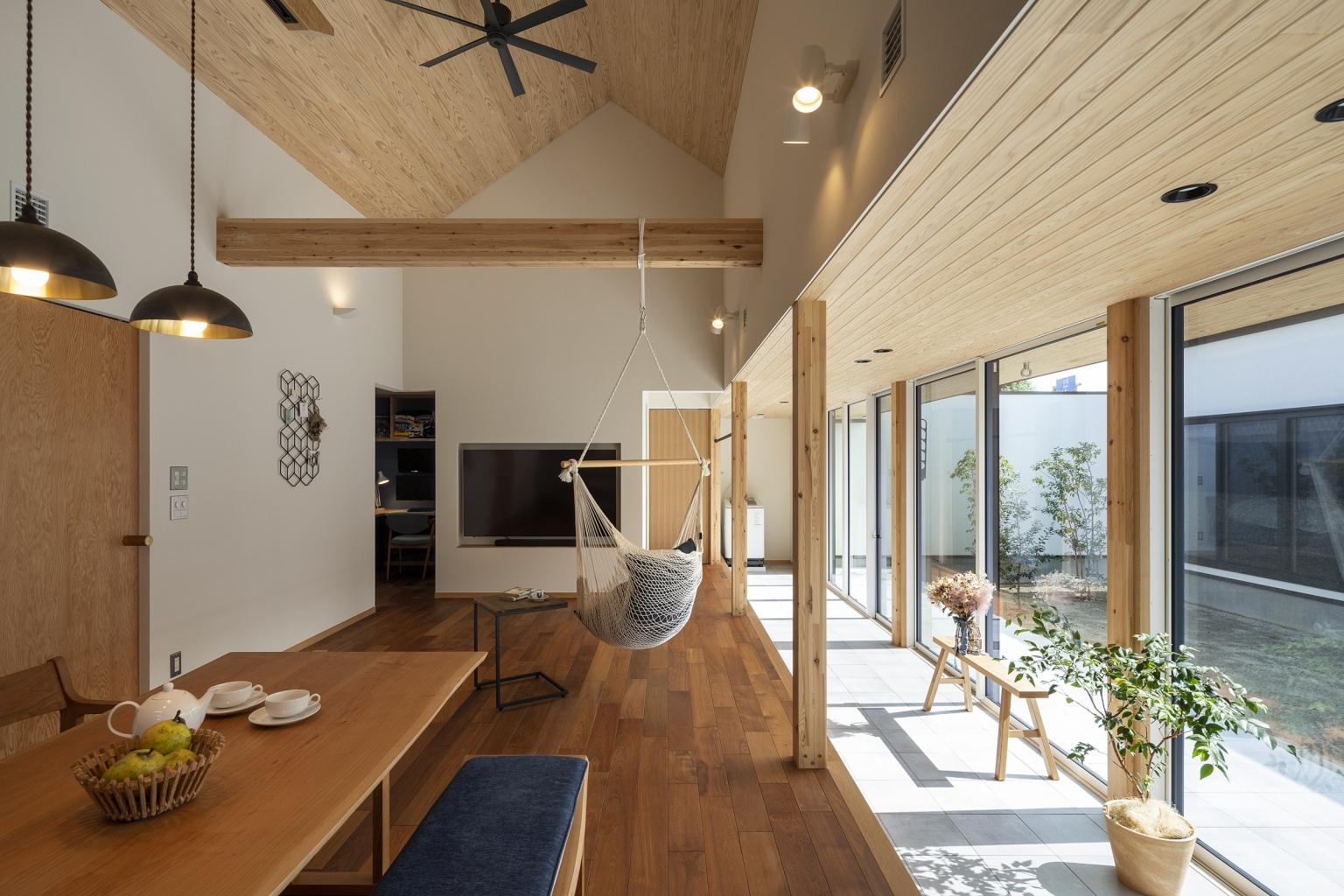 土間と天井勾配とフローリングの平屋