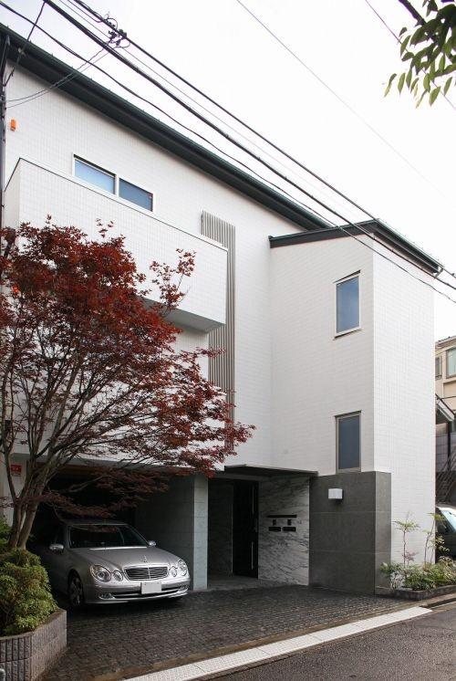 二世帯住宅の白い壁の賃貸併用住宅