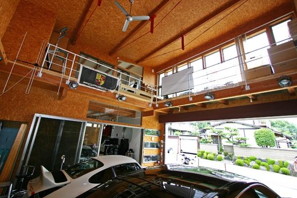 吹き抜けの大空間のガレージハウス