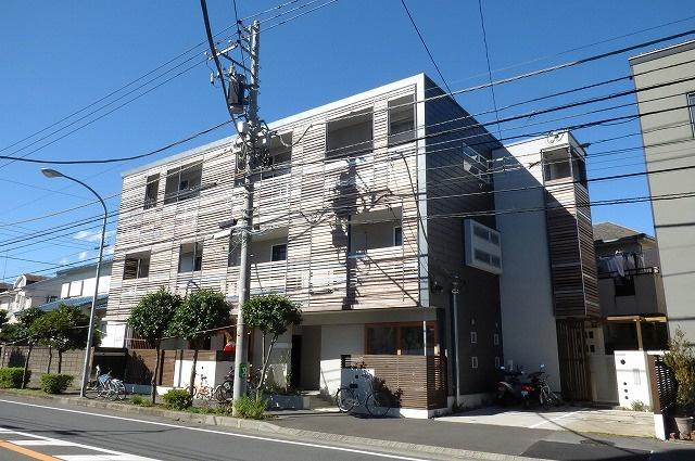 木造の3階建ての家賃貸住宅