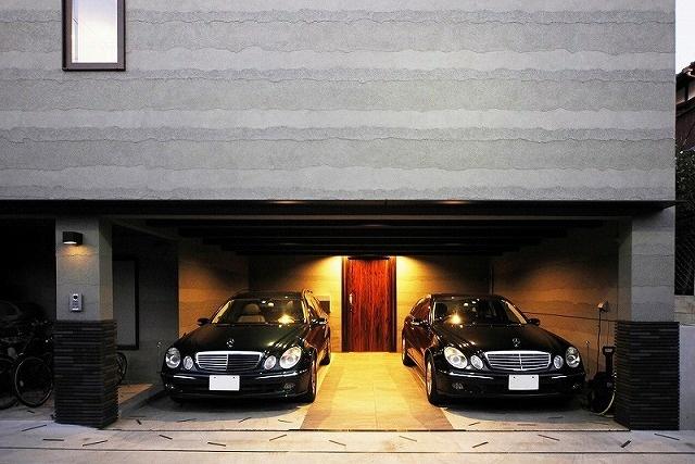 車2台分の開口部のガレージハウス