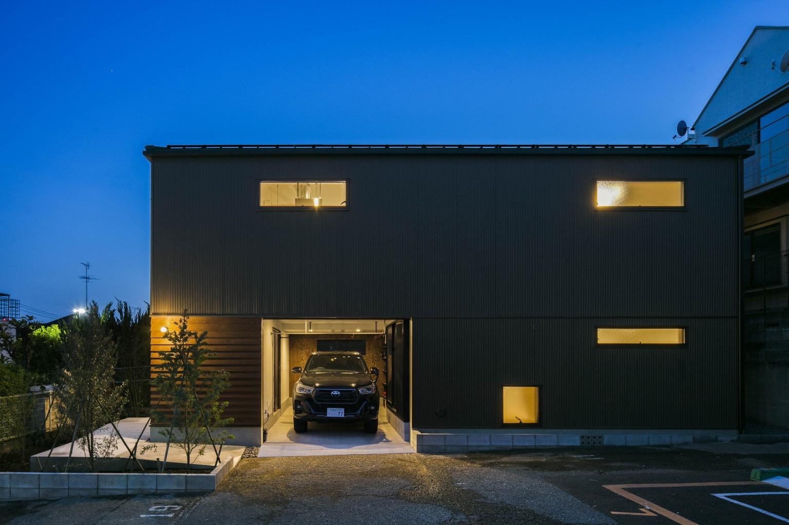 収納と動線を考慮したガレージハウス