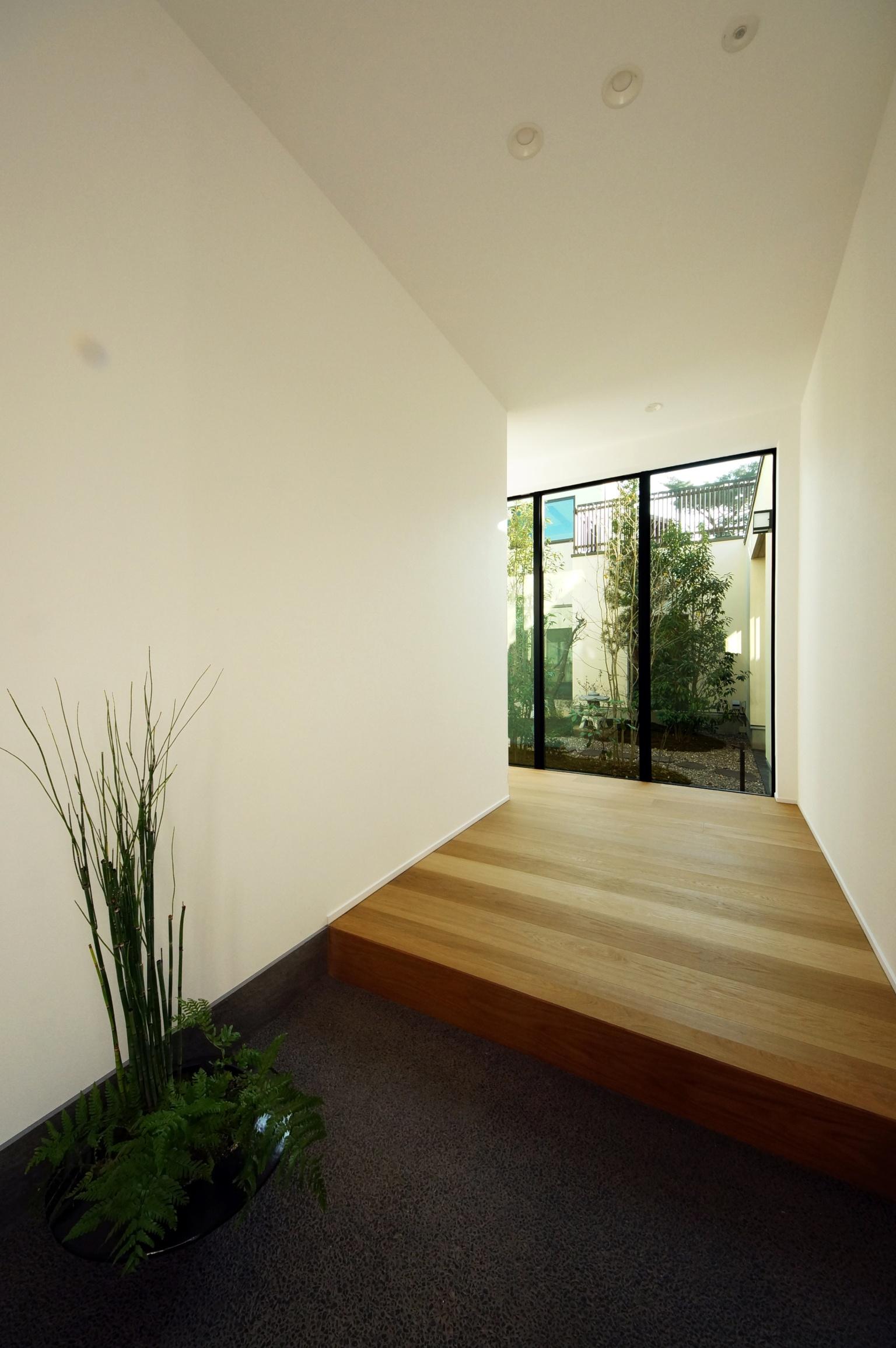 玄関から見える中庭