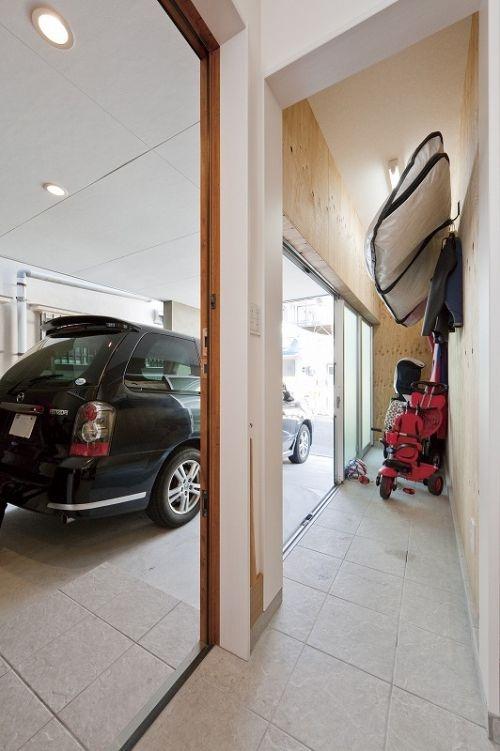 ガレージとつながる土間玄関