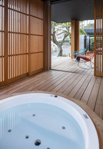 木の質感のジャグジーのあるバスルーム