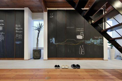 子供部屋にような黒板の玄関土間