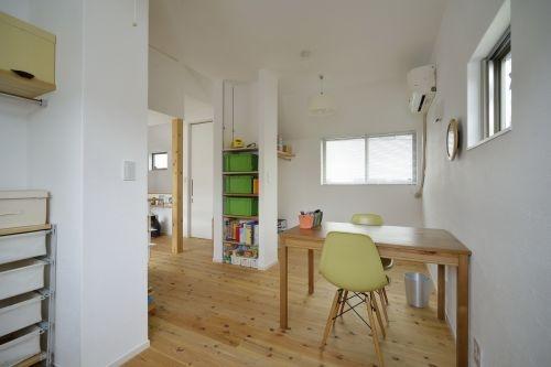 オープンな子供スペースのある部屋