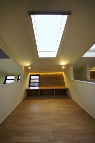 天窓のあるフローリングの寝室