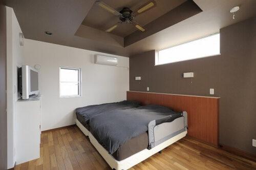 天井にシーリングファンのある寝室