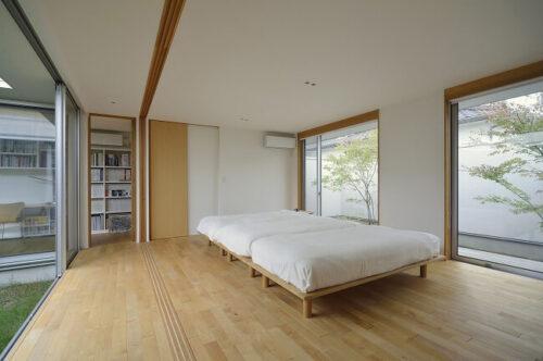 中庭の大開口に面した寝室