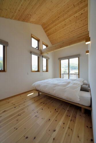 勾配天井の木の質感の寝室