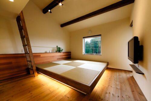 畳の小上がりのある寝室