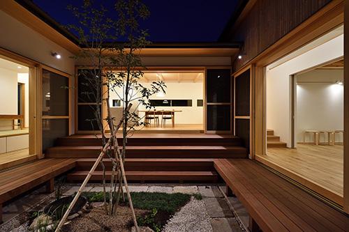ウッドデッキと庭のある平屋