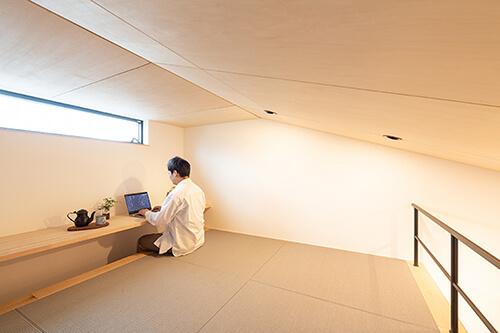 書斎のような勾配天井のロフト