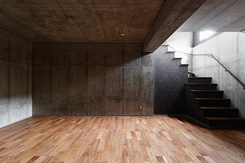 フローリングとコンクリートの地下室