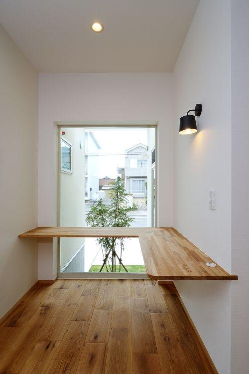 中庭を眺められるリビングに設けられた書斎コーナー