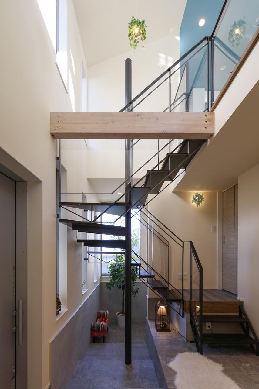 大きな開口と広々空間のある家