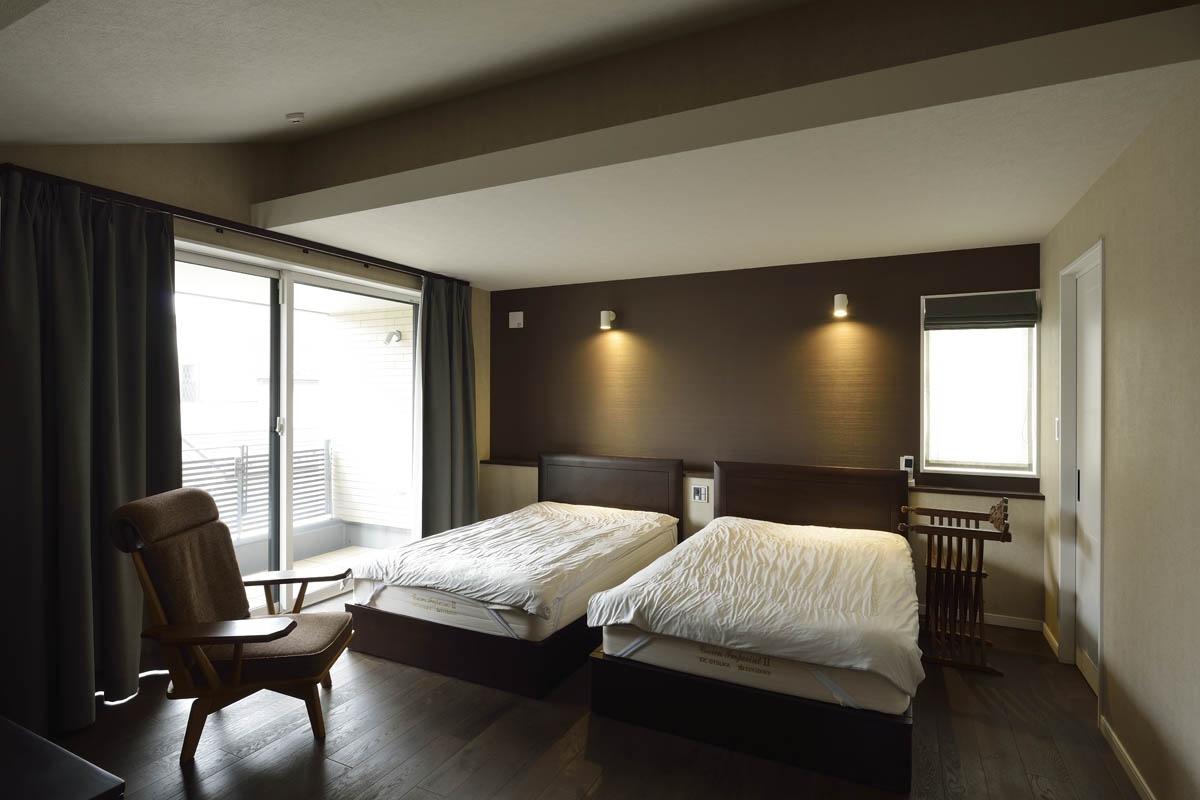都会の静寂に佇むスイートルーム ホテル風に設えた寝室|重量 ...